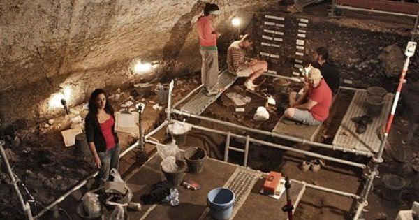 Excavaciones en la cueva de Can Sadurní